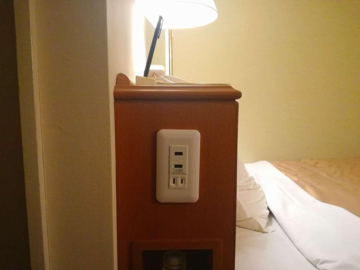 スマートフォンの充電が枕元で出来ます!ベッド脇にコンセントとUSB差し込み口を設置しました♪