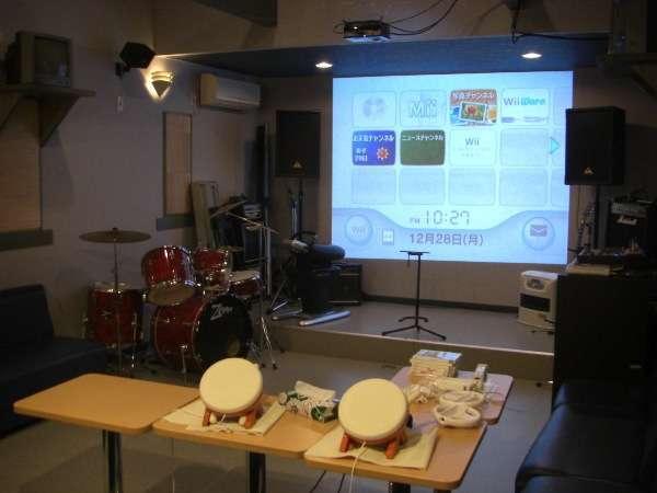 カラオケが楽しめるスタジオ「はっちゃけルーム」です。詳しくは当館のHPをご覧ください。