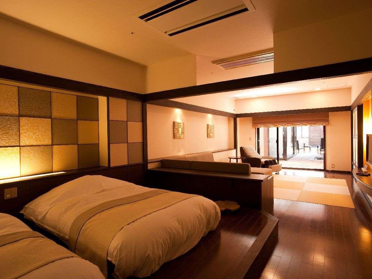 ◆露天風呂付和洋室/広々とした室内から続く露天風呂で、温泉を気兼ねなく(客室一例)