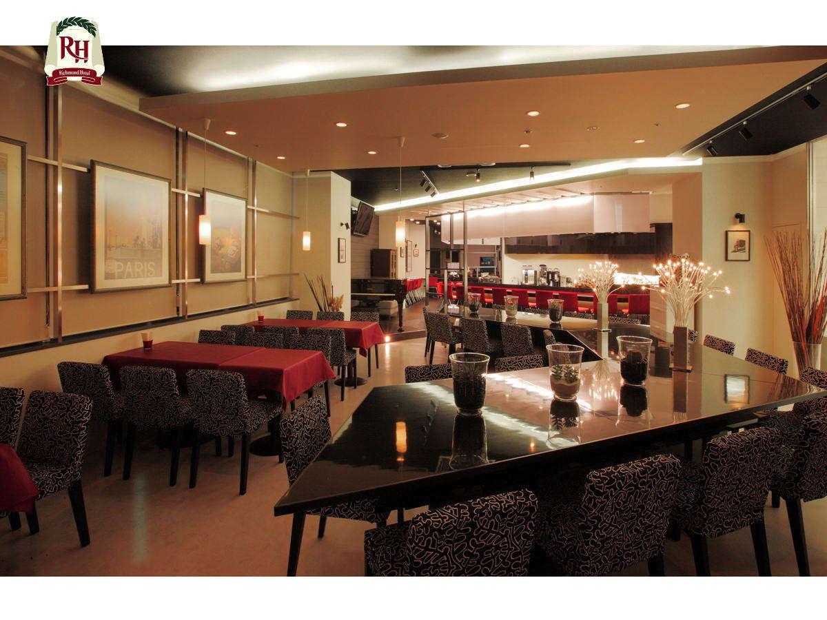 オシャレな内装のレストラン&バー・ステラです。