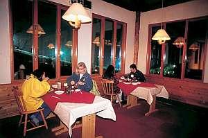 鹿沢リゾートホテル:眺望の良いダイニングでシックなディナータイム