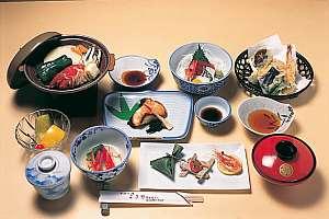 名湯万石の湯 よきや旅館:陶板焼や刺身など、ゆっくり頂きたい和食膳(一例)