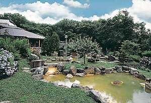 旬の宿 ニセコグランドホテル:大庭園露天風呂はニセコの広大な大自然に囲まれている。源泉量は毎分500リットルと豊富