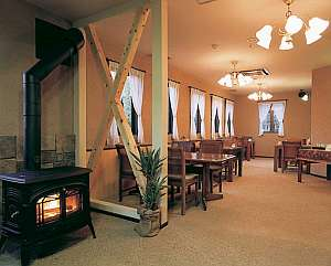 クオリティイン スイング:土壁に暖炉…シックで落着くレストランラウンジ