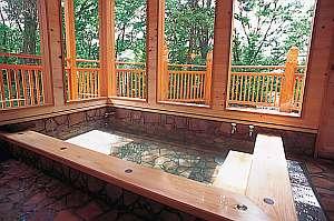 ペンション クッキーサーカス:貸切風呂の内湯はガラス張りで景色も抜群!