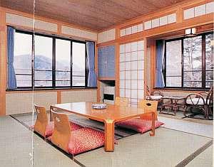 旅館 白根荘:眺めの良い客室は清潔でゆっくりと寛げる