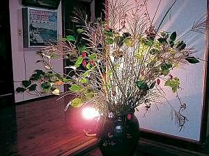 栄美屋旅館:館内には季節の花があふれる