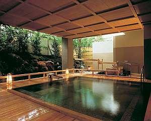 四万グランドホテル:能舞台を模して建てられた女性用露天「室生の湯」。その他7つの豊富な源泉を掛け流しで24時間楽しめます。