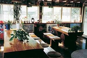 ペンションマスコット:すべてオーナーの手造り。ログテーブルでコーヒータイム