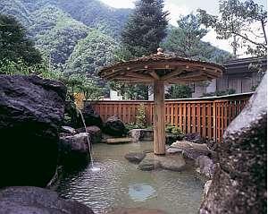 露天風呂「長作の湯」では、四季折々の山並みを眺めながらの温泉を楽しめます