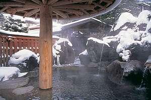 露天風呂「長作の湯」から雪景色。大浴場の露天・内湯は夜11時より男女入れ替えで好評♪