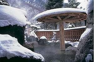 長作の宿 なかだ屋:露天風呂「長作の湯」から雪景色。大浴場の露天・内湯は夜11時より男女入れ替えで好評♪