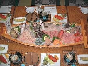 房総御宿町 海辺の漁師民宿 第八福市丸:新鮮な魚介類たっぷりの舟盛が自慢(一例)