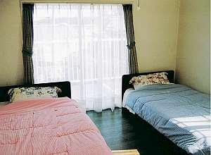 ペンション わたしんち:洋室は2ベッド+1ソファーベッド付