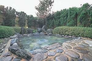 かくれの里 ゆかり:100㎡ある広々とした開放感のある露天風呂