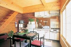 温宿 田舎家:キッチン充実。木の香りで、こじんまりしています