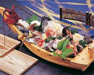 まるなか:【舟盛4人前一例】目の前の港で水揚げされたばかり。ボリューム満点の旬の地魚