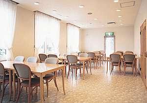 B&B ふらの:明るいレストランでは朝食の他、持ち込みでの利用もOK