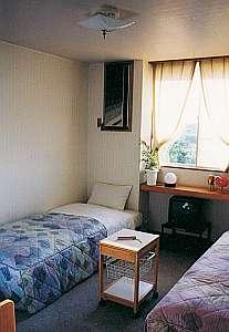 九十九里ペンションCOCO:白を基調としたシンプルな洋室