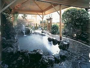 道後温泉 古湧園 (こわくえん):伝統の湯釜をすえた野趣あふれる露天風呂