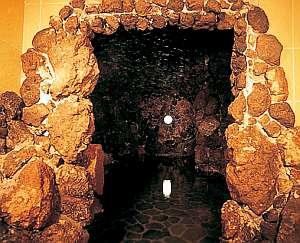 菅平高原温泉 菅平サンホテル:洞窟風呂の入り口は大浴場から続いてる