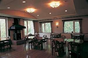 信州木曽駒高原 ゲストハウス ヒルトップ:落ちついたムードのダイニングで楽しいひと時を