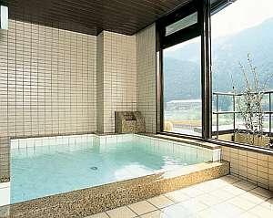 旅館 ますや:5階の展望風呂からは、飛騨川や下呂の山々が望める