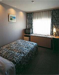 近江八幡ステーションホテル:ベッドはゆとりあるセミダブル
