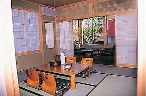 奥入瀬グリーンホテル:窓からの眺めと落ち着きの空間の和室