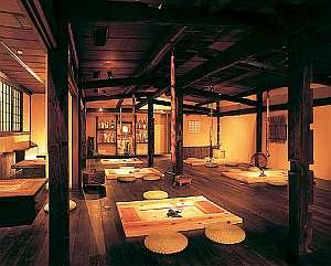 下呂温泉 つるつるの湯 みのり荘:囲炉裏端の食事処「三人百姓」でごゆっくり
