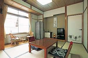 湯平温泉 旅館 坂本屋:改装済の客室は明るくて清潔