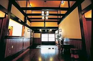 湯う香 三蔵庵(さんぞうあん):木の温もり感じるロビー。黒光する趣ある佇まい。どこか落ち着く和の空間。