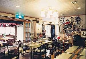 ペンションマスコット:壁面に野鳥やリスの写真が展示される食堂