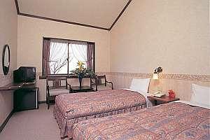 プチホテル ブラッサム:木々の緑と太陽の陽射しが気持ちイイ。全室バストイレ付。ツインベットルーム。