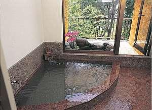 プチホテル ブラッサム:24時間いつでも入浴OKの岩風呂と露天風呂は貸切でのんびりとご利用頂けます