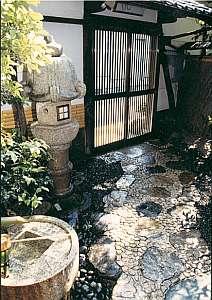 旅館 北野家:格子戸をガラッと開けると昔ながらの京風情がたっぷり
