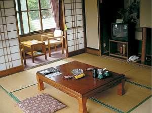 湯治宿 黒湯の高友旅館:客室はシンプルな和室