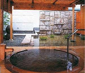 【貸切露天風呂】プライベート空間で寛ぐことができます。