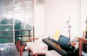 和風ペンション 明神茶屋:ラウンジにある電子ピアノはご自由にどうぞ