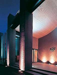 ホテルメッツォイン半田:人目を引くコンクリート打ちっぱなしの建物