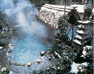湯村温泉 朝野家:降る雪・たち昇る湯けむり ・・・冬の露天風呂