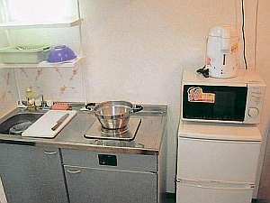 コンドミニアム フラットレット草津:キッチンには冷凍冷蔵庫や電子レンジも揃い便利