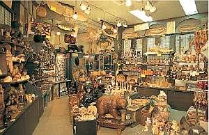 温泉民宿 酋長の家:宿に併設したお土産店では厳選した商品を展示販売