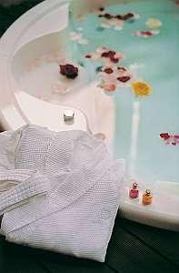 ホテルアラマンダ:フラワーバスの後は上質綿のパジャマでお寛ぎ