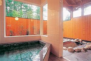 ペンション プチポワ:【軟水露天風呂 春】内湯と共に貸切で楽しめる軟水風呂が人気