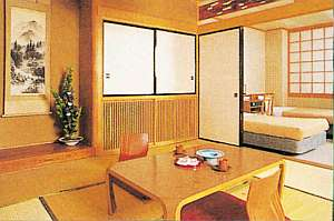 ホテル偕楽苑:お部屋一例(和洋室)シングルベッド×2+ソファーベッド1&6畳和室