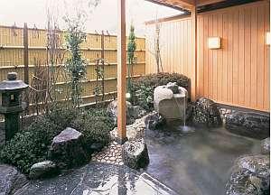 月がほほえむ宿 大峰館:内湯から続く露天風呂