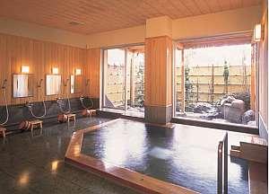 月がほほえむ宿 大峰館:国産ヒバと桧を贅沢に使った月見大浴場は香り豊か