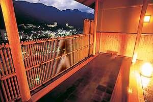 下呂温泉 アートな館 紗々羅(ささら):下呂温泉の夜景を一望できる檜の露天風呂