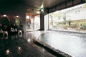 かがり火の宿 有楽:露天風呂が続く大浴場